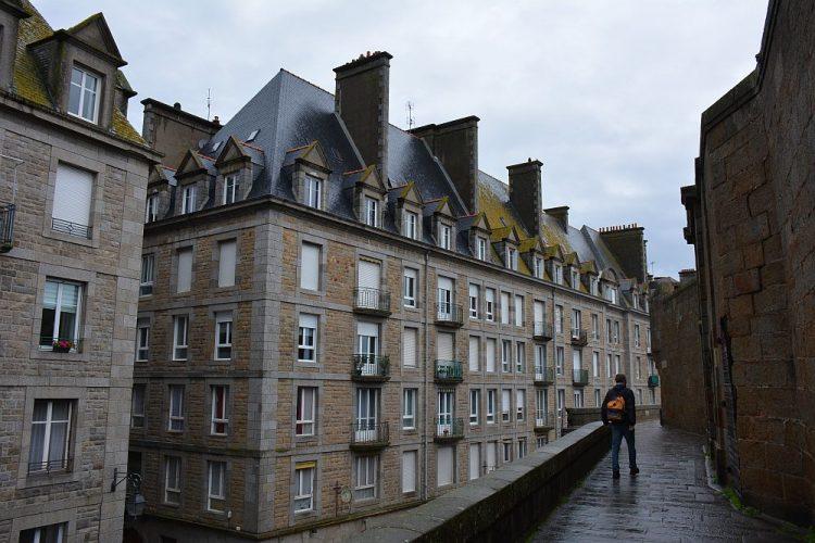 wandelen over de oude stadsmuur van Saint-Malo