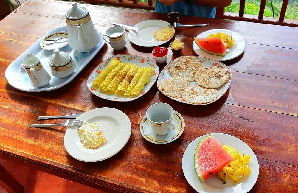 ontbijt Sri Lanka met coconut pancake en fruit