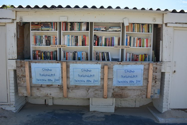 boekenkast strand Bergen aan Zee