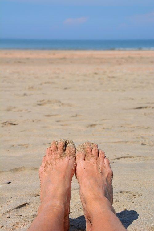 blote voeten op het strand bij Castricum aan Zee