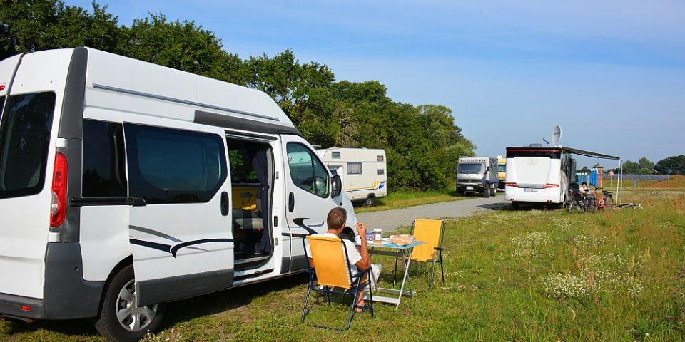 met de camper op een gratis camperplaats aan de Elbe Duitsland
