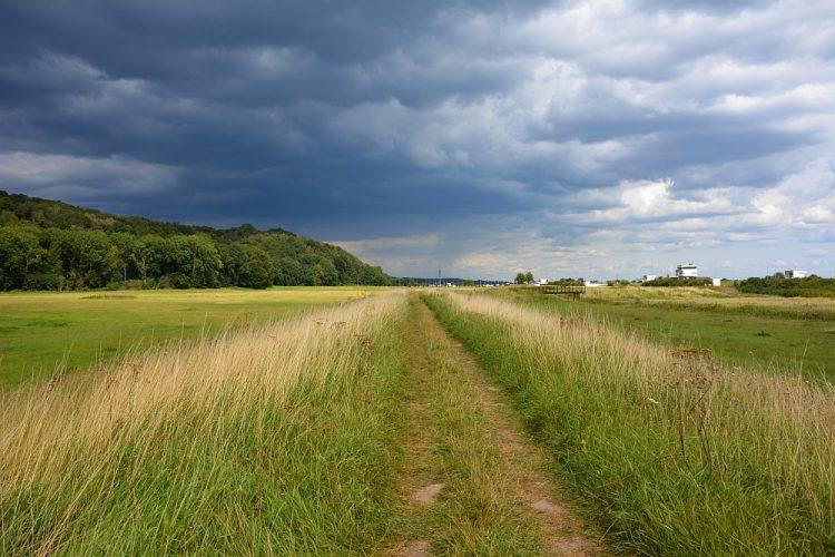 donkere onweerswolken boven de uiterwaarden van Doorwerth