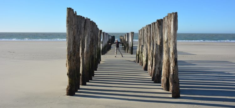 golfbrekers op strand Domburg