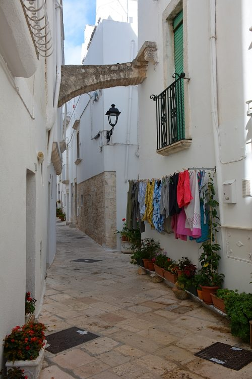 typisch Italiaans straatje met was in Locorotondo Puglia