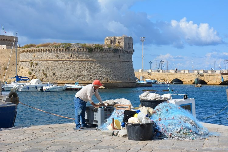 visser in de haven van Gallipoli Italië