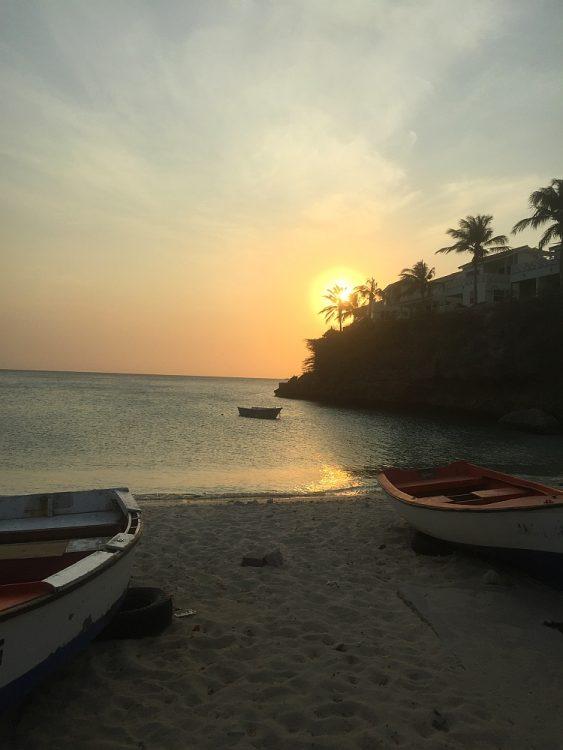zonsondergang vissersbootjes Lagu