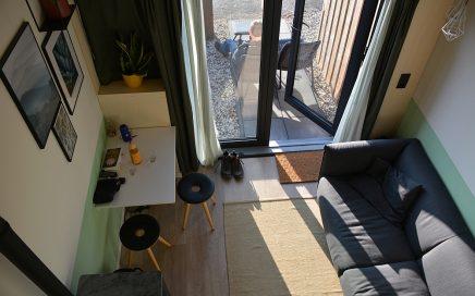 huiskamer en terras Tiny House Groede Zeeland