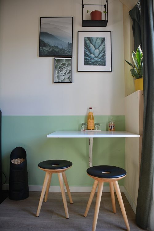 tafel en stoelen tiny house Groede Zeeland