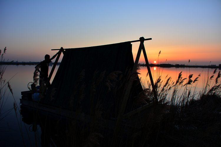 zonsondergang slapen op een kampeervlot
