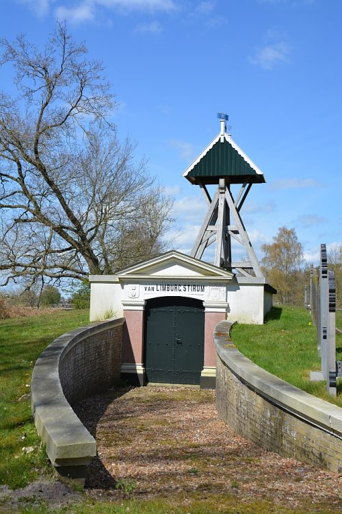 kerkhof met klokkestoel van de familie Limburg van Stirum