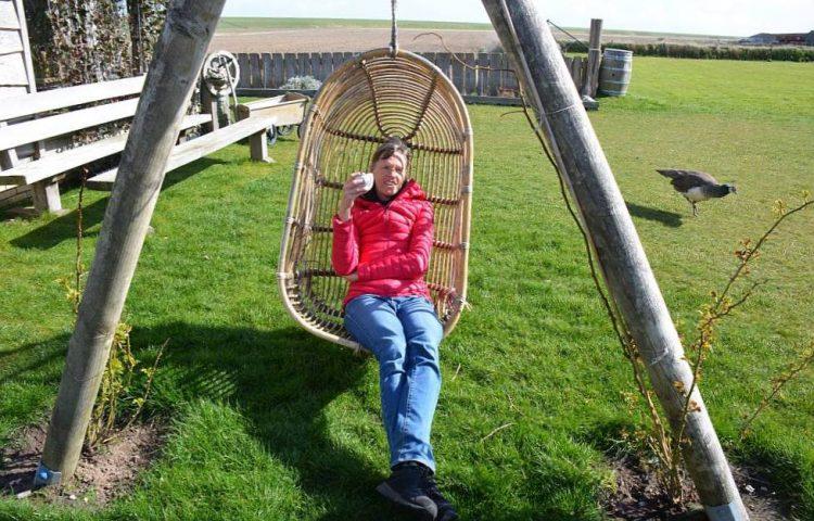 relaxen in de tuin Boutique HotelOp Oost Texel