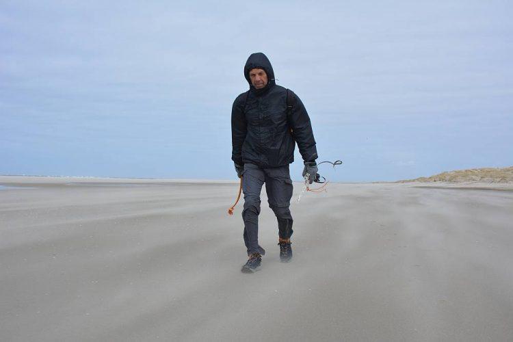 zwerfafval rapen op het strand van Texel