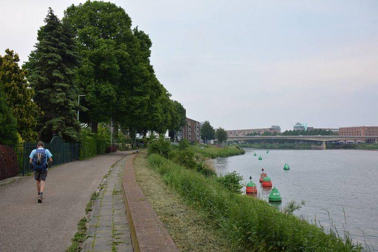 Wandelen over de Maasboulevard bij Maastricht