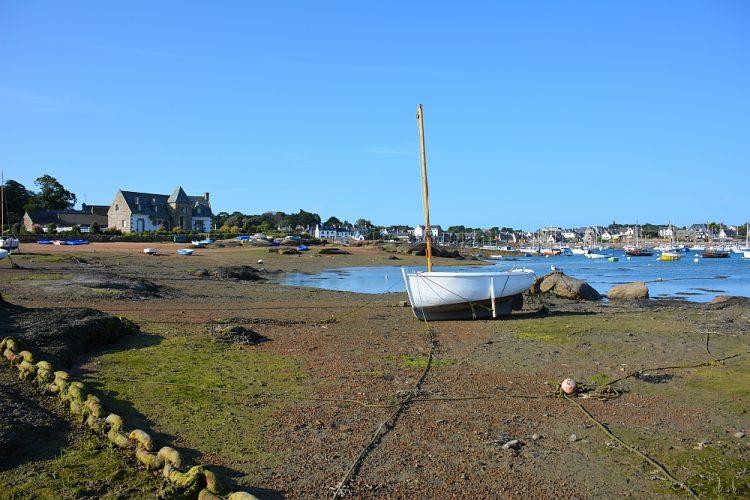 baai in Bretagne Frankrijk bij laag tij