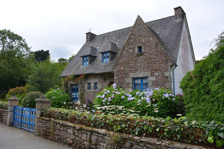 typisch Bretons huis met blauwe luikjes